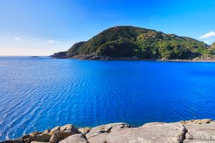 井内浦海岸の柱状節理と熊野灘の写真素材 [FYI02939017]