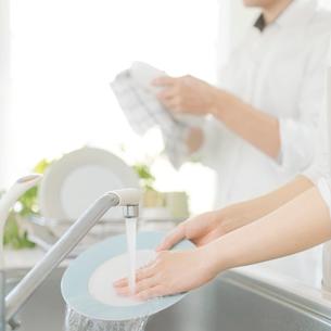 キッチンで食器を洗う手元の写真素材 [FYI02939110]