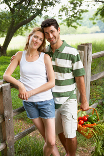 Husband and wife with vegetable basketの写真素材 [FYI02939113]