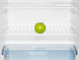 Green apple in fridgeの写真素材 [FYI02939145]