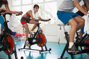 Woman indoor cyclingの写真素材 [FYI02939156]