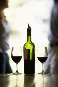 Wine bottle and glassesの写真素材 [FYI02939253]