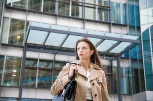 Businesswoman near office buildingの写真素材 [FYI02939259]