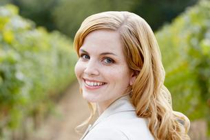 Young woman in vineyardの写真素材 [FYI02939260]