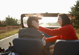 Young couple driving beach buggyの写真素材 [FYI02939277]