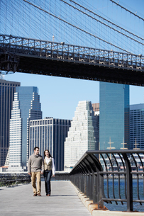 Couple walking under Brooklyn Bridgeの写真素材 [FYI02939285]
