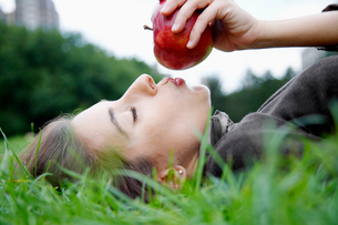 Woman kissing appleの写真素材 [FYI02939352]