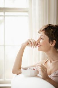Mid adult woman eating breakfastの写真素材 [FYI02939355]