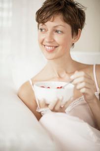 Mid adult woman eating breakfastの写真素材 [FYI02939394]