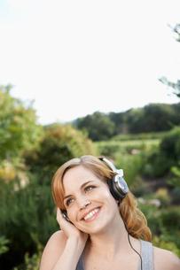Young woman listening to headphonesの写真素材 [FYI02939427]