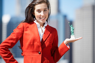 Woman holds miniature Statue of Libertyの写真素材 [FYI02939447]