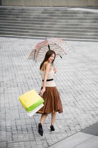 Woman walking across public squareの写真素材 [FYI02939514]