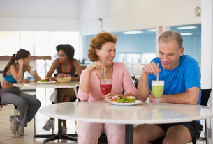 Mature couple eating in health club caf?の写真素材 [FYI02939579]