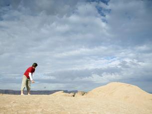 Man playing golf at rock strataの写真素材 [FYI02939677]