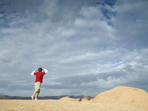 Man playing golf at rock strataの写真素材 [FYI02939727]