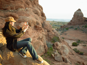 Woman photographing rock formationsの写真素材 [FYI02939763]