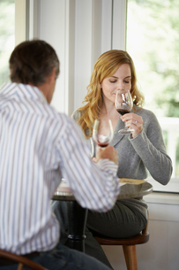 Woman and man tasting red wineの写真素材 [FYI02939777]