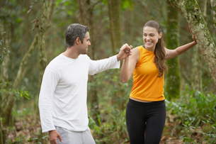 Couple jogging in forestの写真素材 [FYI02939806]