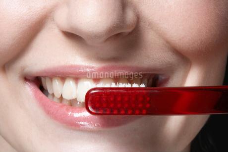 Woman brushing teethの写真素材 [FYI02939813]