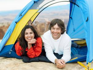 Couple lying in tentの写真素材 [FYI02939831]