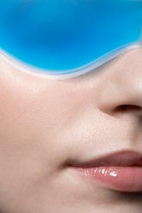 Young woman wearing eye maskの写真素材 [FYI02939850]