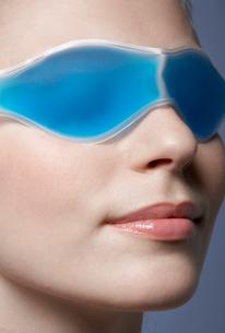 Young woman wearing eye maskの写真素材 [FYI02939878]