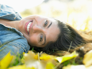 Woman lying on autumnal leavesの写真素材 [FYI02939906]