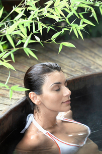 Young woman in hot tubの写真素材 [FYI02939919]