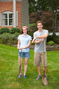 Young couple with garden fork and spadeの写真素材 [FYI02939925]