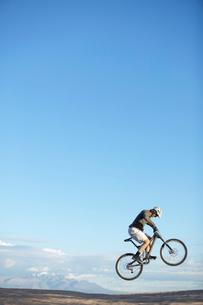 Man jumping with mountain bikeの写真素材 [FYI02939937]