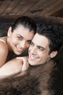 Young couple embracing in hot tubの写真素材 [FYI02939999]