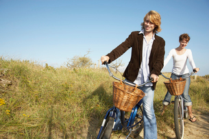 Couple cycling in fieldの写真素材 [FYI02940008]