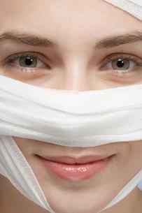 Bandage around womans faceの写真素材 [FYI02940018]