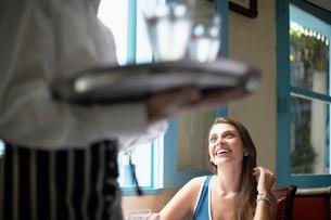 Waiter near female customerの写真素材 [FYI02940055]
