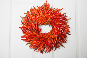 Wreath made of dried chilliesの写真素材 [FYI02940060]