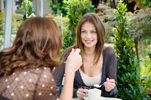 Two women drinking coffeeの写真素材 [FYI02940061]