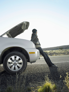 Woman with broken car on rural roadの写真素材 [FYI02940080]
