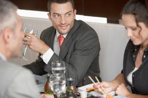 Man looking at woman eating sushiの写真素材 [FYI02940093]