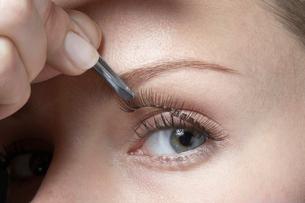 Woman attaching fake eyelashesの写真素材 [FYI02940126]