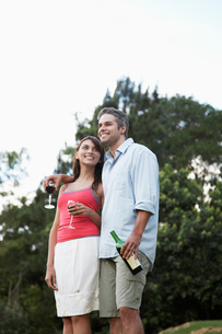 Couple drinking wine and looking at viewの写真素材 [FYI02940151]