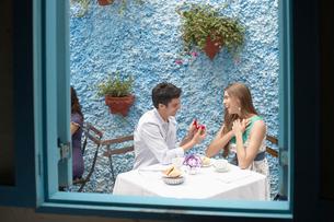 Man proposing woman in restaurantの写真素材 [FYI02940177]
