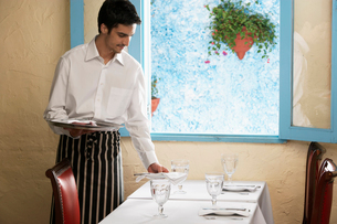 Waiter laying tableの写真素材 [FYI02940195]