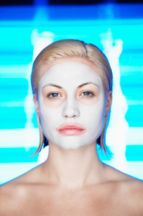 Young woman with face maskの写真素材 [FYI02940200]