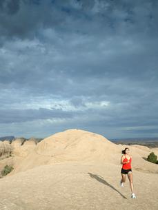 Woman jogging in desertの写真素材 [FYI02940230]