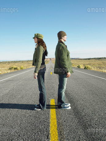 Woman and man standing back to backの写真素材 [FYI02940235]