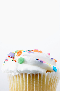 Cake with colorful sprinklesの写真素材 [FYI02940259]