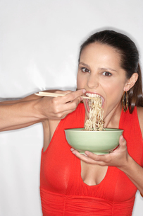 Woman eating noodlesの写真素材 [FYI02940263]