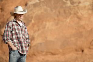 Young man wearing cowboy hatの写真素材 [FYI02940270]