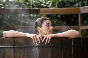 Young woman in hot tubの写真素材 [FYI02940337]