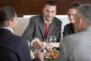 Businesspeople having sushiの写真素材 [FYI02940345]